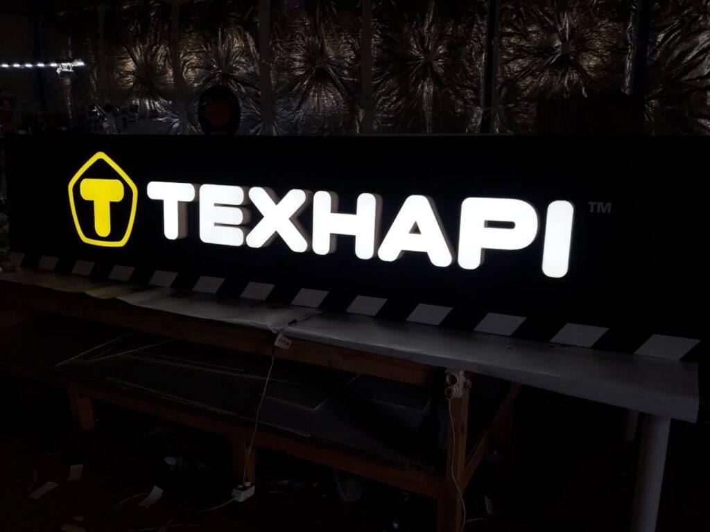 Композитна панель з вмонтованими світловими літерами і логотипом. Блок живлення для діодів знаходиться всередині, тому її можна підключати до мережі 220 вольт.