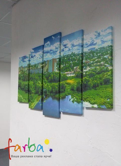 Пано з картин різного розміру на справжньому полотні, виготовлене на замовлення з фотографії. Картини розміщені на відстані одна від одної, але макет підготовлений таким чином, що ці відстань компенсується і зображення виглядає як одне ціле.