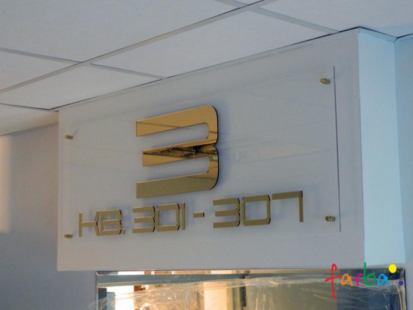 Несвітлова вивіска з прозорого акрилу, на якому розташований напис, виготовлений з використанням акрилу в золотому кольорі. Вивіска закріплена над входом за допомогою спеціальних дистанційних кріплень.