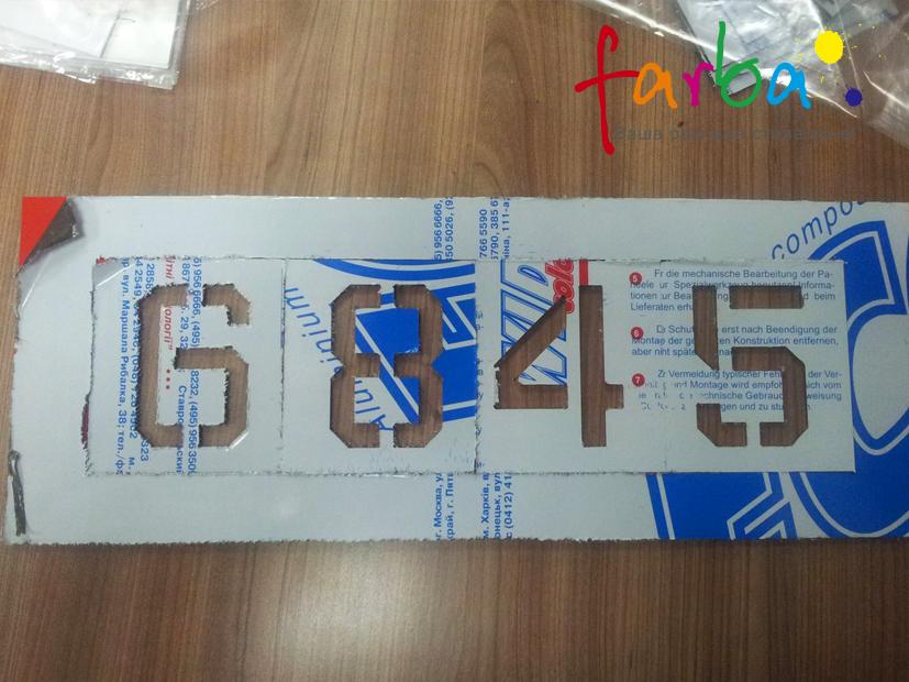 Багаторазовий трафарет з цифрами, які наносяться фарбою на потрібну поверхню
