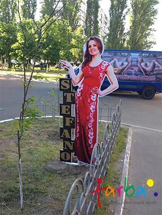 Зовнішня двостороння ростова фігура дівчини, виготовлена з алюмінієвого композиту, що працює, як реклама магазину.