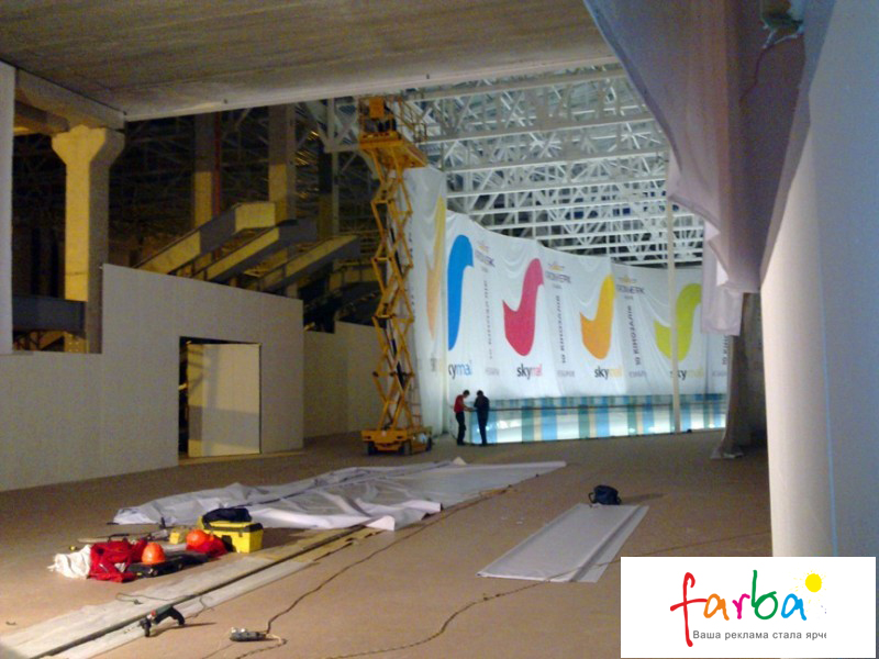 Монтаж банерів в торговому центрі на металеві конструкції
